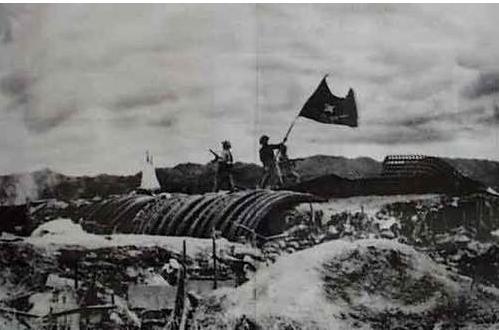Bộ đội ta phất cờ trên nóc hầm của tướng DE CASTRIES