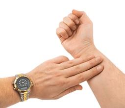 Đếm nhịp tim bằng cách bắt mạch