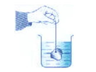 Thả một miếng nhôm đã được nung nóng vào một cốc nước lạnh.