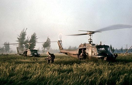 cảnh chiếc trực thăng Mỹ hạ xuống cánh đồng Mỹ Lai, tiếp cứu 10 người dân vô tội